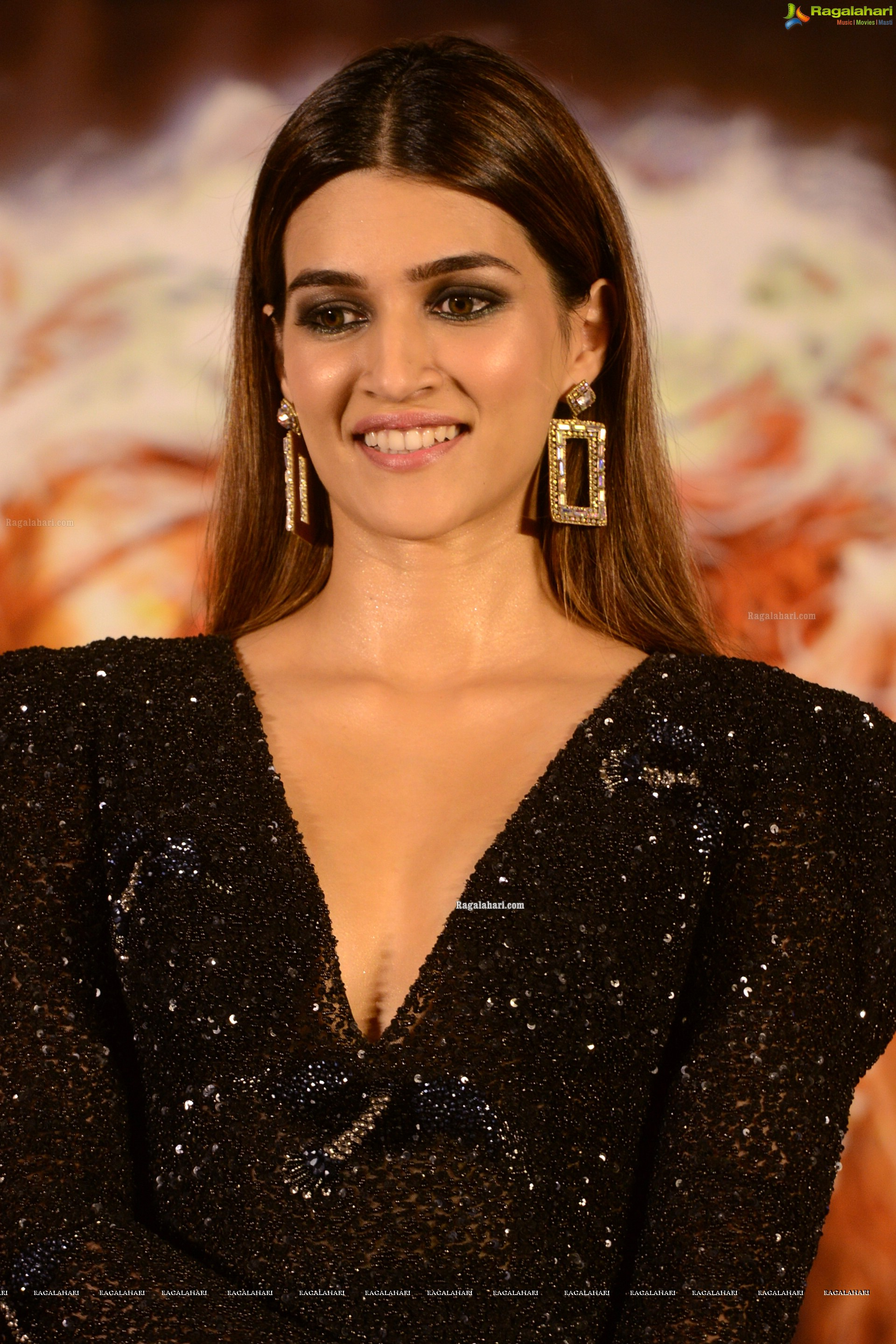 Kriti Sanon @ Housefull 4 Press Meet - HD Gallery